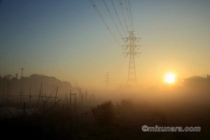 日の出 霧