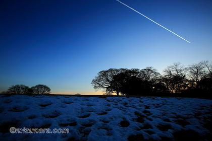 夕景 残雪 飛行機雲